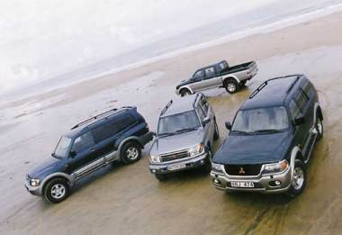 Слева направо: Паджеро Спорт, Паджеро Пинин, Паджеро, на заднем фоне - L200