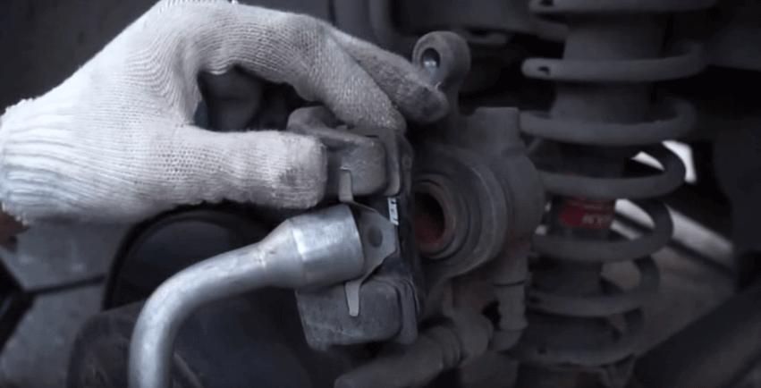 Как снять колодки тормозные Mitsubishi Lancer X